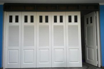 pintu garasi motif kaca 360x240 - Model dan Kelebihan Pintu Lipat Besi, Sangat Cocok Untuk Ruko dan Garasi