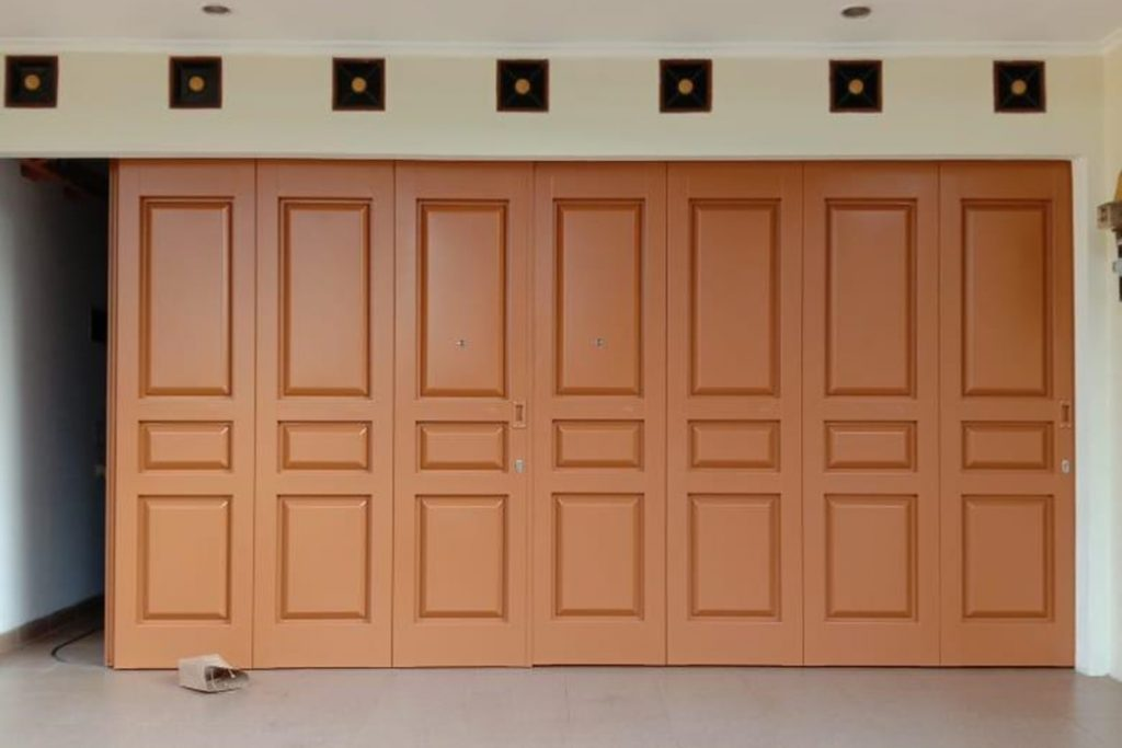 1599903770 pintu garasi wina ss 1024x683 - Berapa Harga Rel Pintu Garasi Geser Kayu